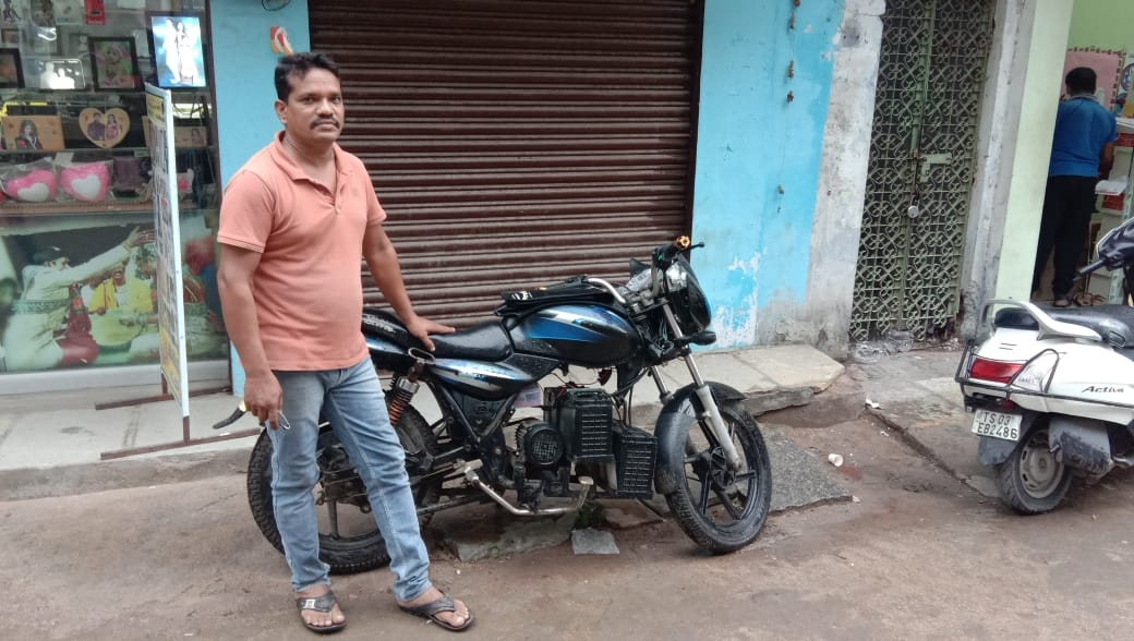બાઈકમાં પેટ્રોલ એન્જિનની જગ્યાએ બેટરી મૂકી - Divya Bhaskar