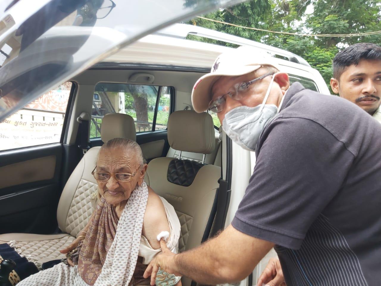 મહુધાના અલીણામાં 96 વર્ષિય વૃદ્ધાને વેક્સિન મૂકવા ખુદ મેડિકલ ઓફિસર આરોગ્ય કેન્દ્ર બહાર દોડી આવ્યા|નડિયાદ,Nadiad - Divya Bhaskar