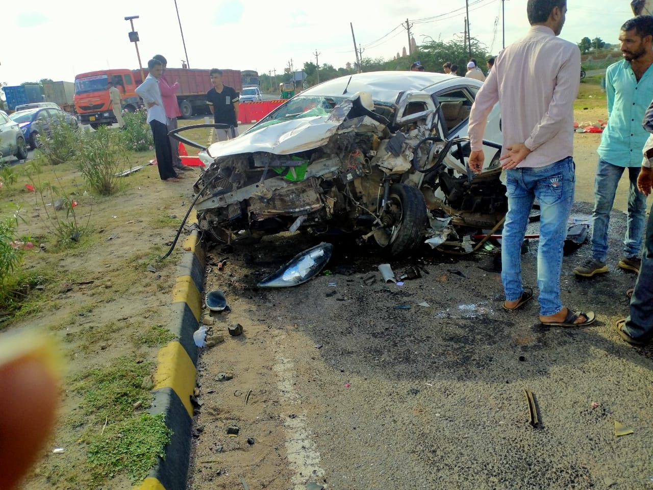 હળવદના કોયબા પાસે કાર ડિવાઈડર સાથે અથડાઇ પલટી મારી જતા પતિ-પત્નીનું મોત - Divya Bhaskar