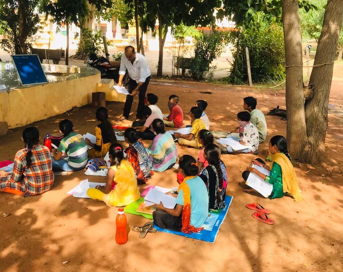 હળવદના ગ્રામ્ય વિસ્તારમાં વિદ્યાર્થીઓનો અભ્યાસ ન બગડે તે માટે શિક્ષકો શેરી શિક્ષણ આપી રહ્યા છે - Divya Bhaskar