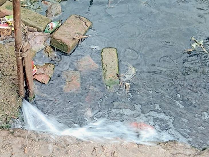 હાઈસ્કૂલના ગેટ પાસે નળની પાઈપ લિકેજ થવા સાથે ગટરનું વહી રહેલું પાણી જણાય છે. - Divya Bhaskar