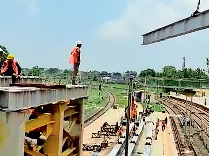 ગોધરા રેલ્વે સ્ટેશન ખાતે નવીન પેદલપુલની ચાલતી કામગીરી. - Divya Bhaskar
