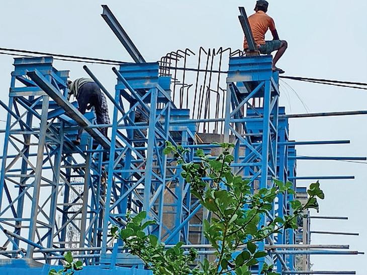 છોટાઉદેપુરમાં નગરમાં નવા બની રહેલા ઓવરબ્રિજ ઉપર જીવના જોખમે કામ કરતા કારીગરો તસવીરમાં જણાય છે. - Divya Bhaskar