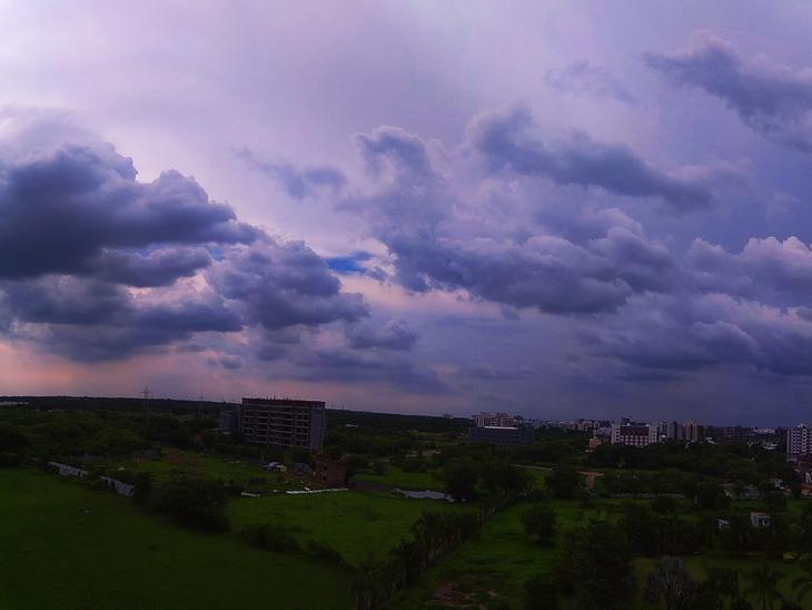 શહેરમાં મંગળવાર ના રોજ આખો દિવસ વાદળો છવાયેલા રહ્યા હતા પરંતુ વરસાદ વરસ્યો ન હતો. વાસણા રોડ વિસ્તારમાં સાંજે સવા ચાર વાગે જ સંધ્યા ખીલી ઉઠી હોય તેવુ મનોહર દ્દશ્ય સર્જાયું હતું. - Divya Bhaskar