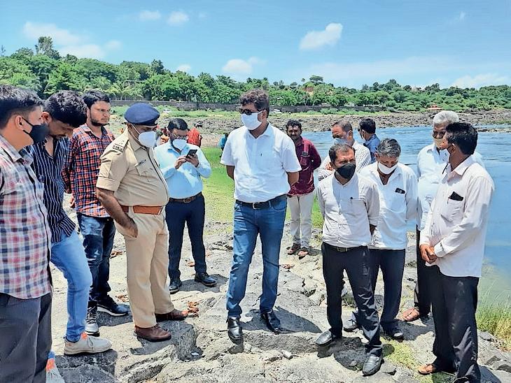 સાવલીના લાછનપુરા ગામે આવેલ કુખ્યાત હાથીયા ધરાને પૂરવા માટે નિરીક્ષણ કરતા ધારાસભ્ય અને અધિકારીઓ નજરે પડે છે. - Divya Bhaskar