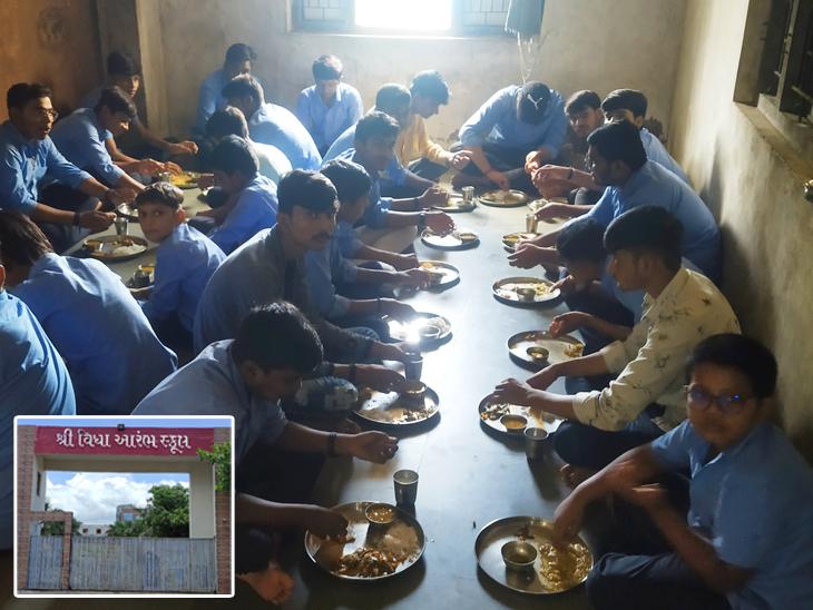 શાળામાં અભ્યાસ શરૂ થઇ ગયાના સમય બાદ સંચાલકોએ મુખ્ય દરવાજો પણ બંધ કરી દીધો હતો કે જેથી અંદર સ્કૂલ ચાલુ છે તેવી કોઇને શંકા ન પડે. એક જ વર્ગમાં 30થી વધુ બાળકોને બેસાડાયા હતા. - Divya Bhaskar
