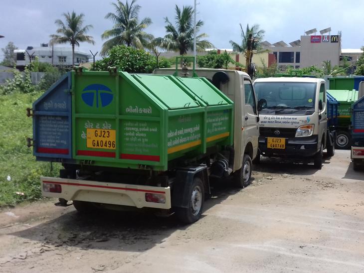 બે વર્ષથી બીનઉપયોગી રહેલી કચરા કલેક્શન વાનને દોડતી કરવા માટે સરકારે વિશેષ ગ્રાન્ટ ફાળવતાં હવે દોડતી થશે. - Divya Bhaskar