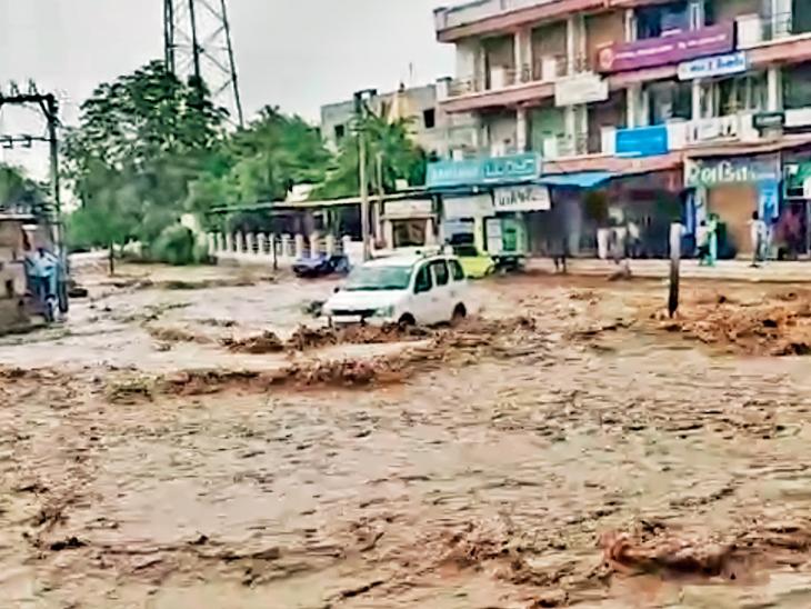 ઉપરવાસમાં ભારે વરસાદ થતાં પૂર નખત્રાણામાં વહી નીકળતાં વાહન વ્યવહાર ખોરવાયો હતો. - Divya Bhaskar