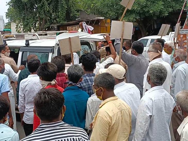 કોંગ્રેસ કાર્યકરો દ્વારા મોંઘવારી વિરૂદ્ધ વિરોધ કરવામાં આવ્યો - Divya Bhaskar