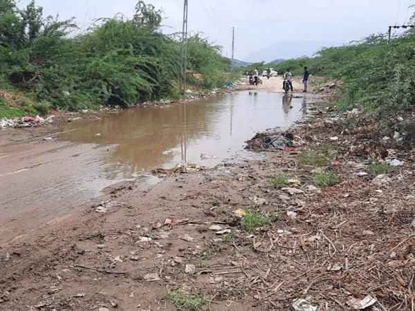 અમીરગઢ મોર્ડન સ્કૂલ જતા રસ્તા પર વરસાદી પાણી ભરાતા વિદ્યાર્થીઓ ત્રાહિમામ્ પોકારી ઊઠ્યા છે. - Divya Bhaskar