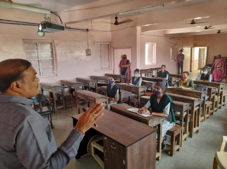 ધોરણ 12ની શાળાઓ આજથી શરૂ થતા વિદ્યાર્થીઓ ખુશખુશાલ, 50 ટકા કેપેસિટી સાથે વર્ગો શરૂ થયા|ભાવનગર,Bhavnagar - Divya Bhaskar