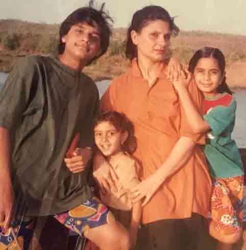 नीलम उपाध्याय अपने भाई-बहनों और मां के साथ।