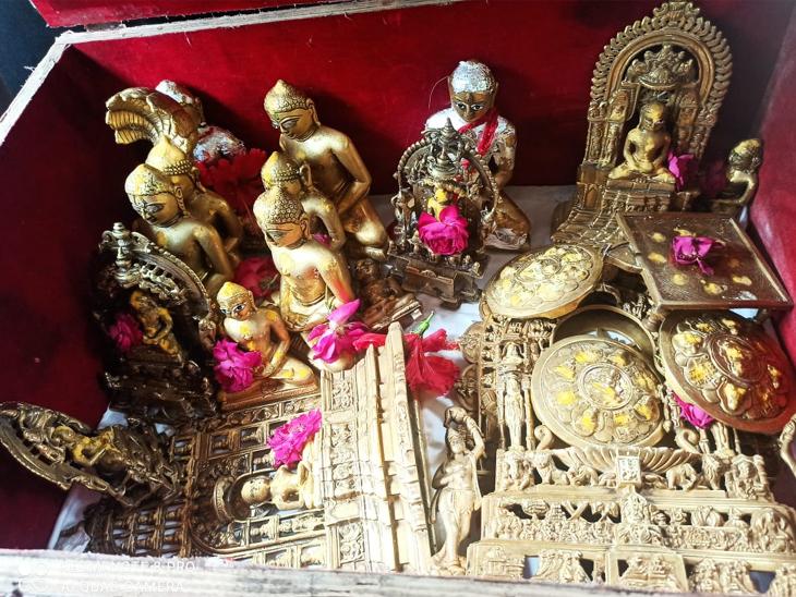 અમદાવાદમાં જૈન દેરાસરમાંથી 15 મૂર્તિ, ચાંદીના 6 મુગટ અને 6 હારની ચોરી, CCTVના આધારે આરોપી ઝડપાયો અમદાવાદ,Ahmedabad - Divya Bhaskar
