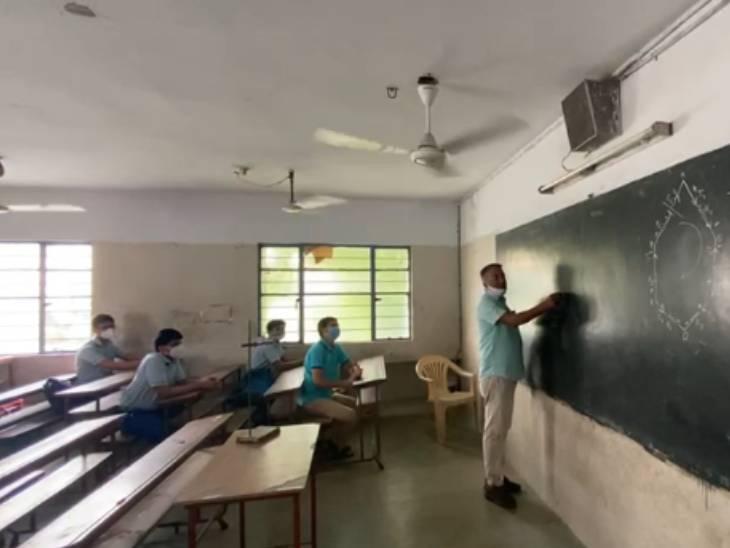 ધોરણ 12ની સ્કૂલો શરૂ થતાં જ વિદ્યાર્થીઓએ કહ્યું, ઓનલાઈન મળતા મિત્રો હવે ઓફલાઈન મળ્યાં તેની ખુશી છે|અમદાવાદ,Ahmedabad - Divya Bhaskar