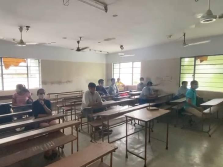 50 ટકા કેપેસીટી સાથે વિદ્યાર્થીઓને વર્ગમાં બેસાડવામાં આવ્યા