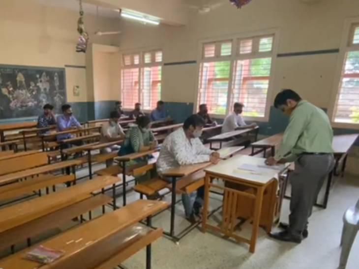 અમદાવાદના 140 સેન્ટર પર ધોરણ 10 અને 12ના રિપીટર વિદ્યાર્થીઓની પરીક્ષા શરૂ, એક વર્ગમાં 20 પરીક્ષાર્થીઓને બેસાડ્યા|અમદાવાદ,Ahmedabad - Divya Bhaskar
