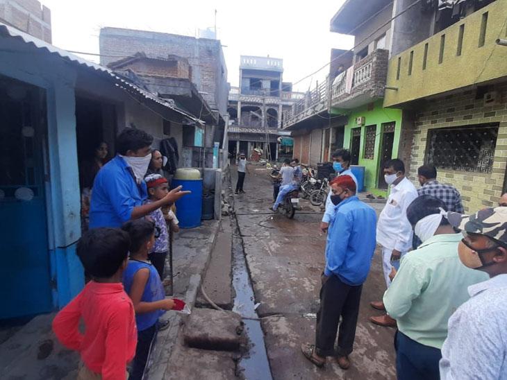 સંજેલી ટીડીઓ સરપંચ અને તલાટીએ રોડ પર પાણી કાઢનાર મકાનોની મુલાકાત લીધી હતી. - Divya Bhaskar