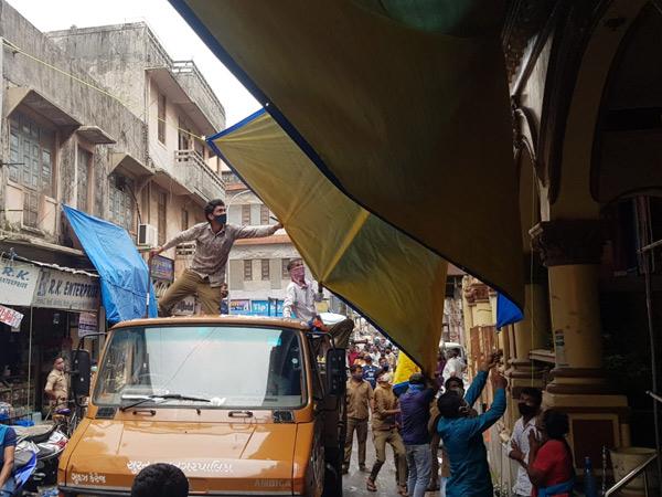 ચૌટા બજારમાં પાલિકાના ચાર ઝોનના સ્ટાફ દ્વારા દબાણ દૂર કરાયું હતું. - Divya Bhaskar