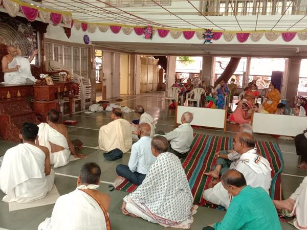 જૈન ઉપાશ્રયમાં શ્રદ્ધાળુઓને સંબોધન કરતા પ.પદ્મદર્શનજી મહારાજ. - Divya Bhaskar