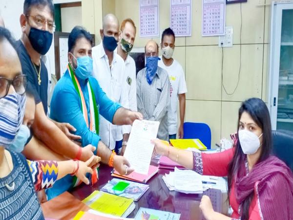 બારડોલીમાં અમૃતમ કાર્ડની બંધ કામગીરી શરૂ કરવા આવેદન|બારડોલી,Bardoli - Divya Bhaskar