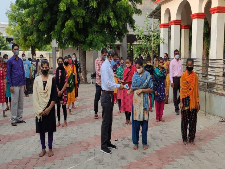 કોરોના કાળના લાંબા સમય બાદ ગાઇડલાઇન સાથે ધોરણ-12ના વર્ગો શરૂ - Divya Bhaskar