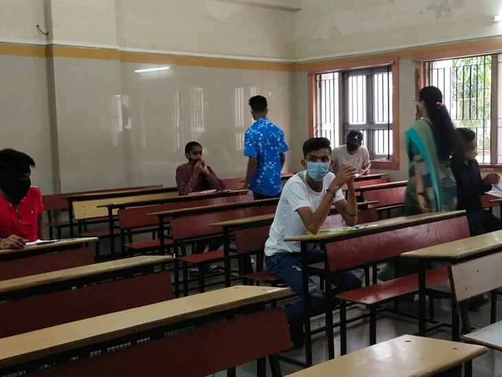 સુરતમાં બોર્ડના ધો.10 અને 12ના રિપિટરના વિદ્યાર્થીઓની પરીક્ષા, કોરોના ગાઈડલાઈન પ્રમાણે પરીક્ષાર્થીઓને પ્રવેશ અપાયો સુરત,Surat - Divya Bhaskar