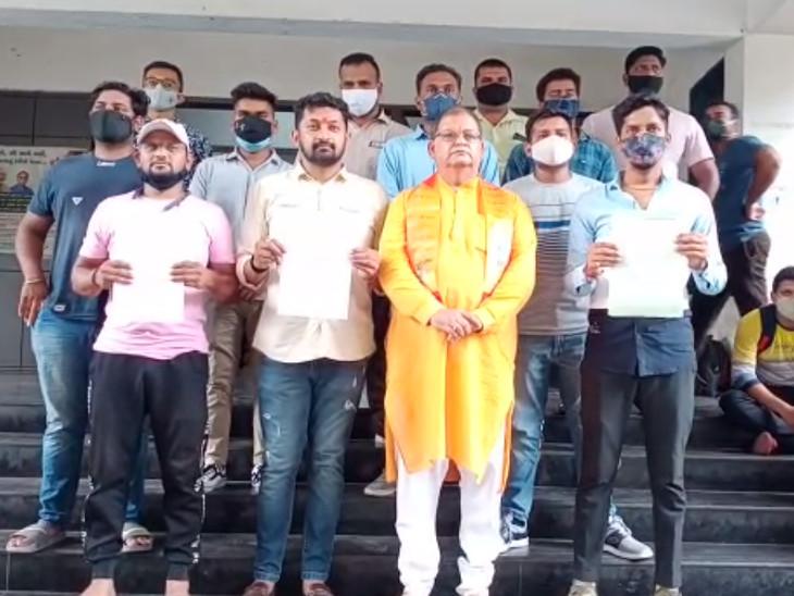સુરતમાં ગાઈડલાઈન સાથે ગણેશોત્સવ ઉજવવા માટેની ગાઈડલાઈન નકકી કરવા સમિતિએ ક્લેક્ટરને આવેદનપત્ર આપ્યું|સુરત,Surat - Divya Bhaskar