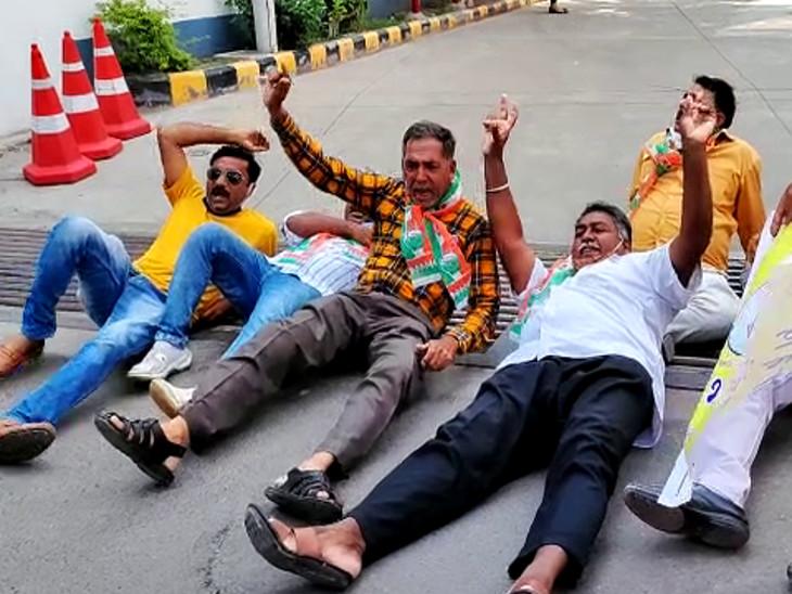 પેટ્રોલ-ડીઝલમાં ભાવ વધારાથી રાજકોટમાં કોંગ્રેસનો પેટ્રોલ પમ્પ સામે રસ્તા પર સૂઇ વિરોધ, પોલીસની ટીંગાટોળી સાથે અટકાયત, 'આપ'એ સાયકલ રેલી યોજી|રાજકોટ,Rajkot - Divya Bhaskar