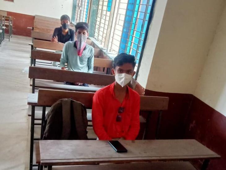 ઓફલાઈન શિક્ષણના પહેલાં દિવસે માત્ર 5 % હાજરી|ગાંધીનગર,Gandhinagar - Divya Bhaskar
