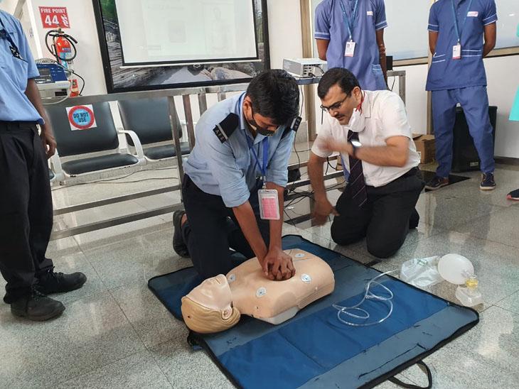 એરપોર્ટ પર પેસેન્જરને હાર્ટ એટેક આવે તો પ્રાથમિક સારવાર કેવી રીતે આપવી તે અંગે પોલીસ સહિત 60 કર્મચારીને ટ્રેનિંગ|સુરત,Surat - Divya Bhaskar