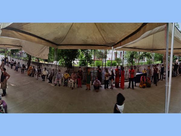 ઘાટલોડિયા અર્બન હેલ્થ સેન્ટર ખાતે રસી લેવા લોકોની લાંબી લાઈન, વધુ 27 હજારને વેક્સિન અપાઈ|અમદાવાદ,Ahmedabad - Divya Bhaskar