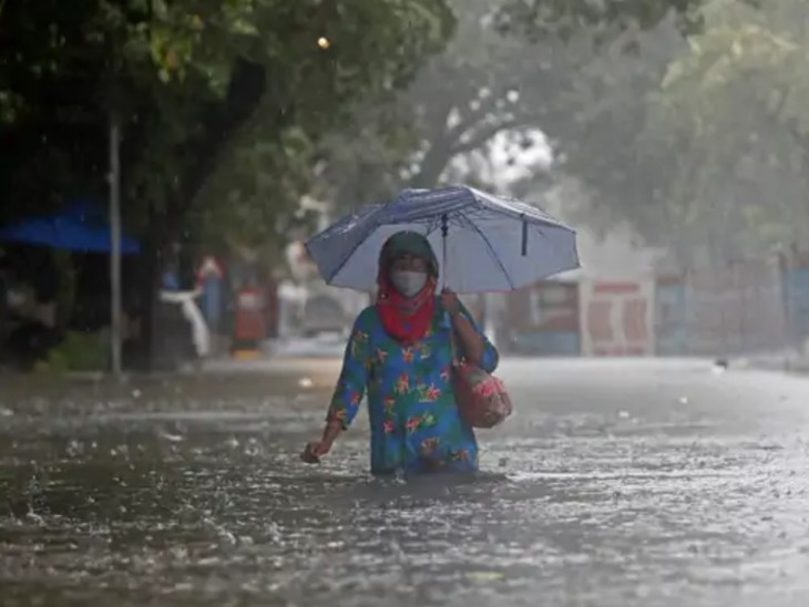 મુંબઇના ગાંધી માર્કેટ વિસ્તારમાં ભારે વરસાદને કારણે કમર સુધી પાણી ભરાઇ ગયા છે.