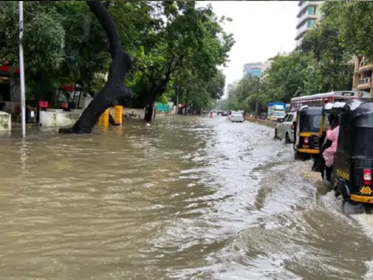 થોડા કલાકોના વરસાદ પછી આવી સ્થિતિ મુંબઈના નીચાણવાળા વિસ્તારોમાં બને છે. શુક્રવારની સવારની આ તસવિર ગાંધી માર્કેટની છે.