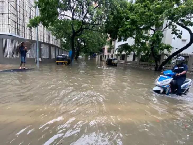 મુંબઈના લિંકિંગ રોડ વિસ્તારમાં ભારે વરસાદને કારણે રસ્તો પાણીમાં ગરકાવ થઈ ગયો છે