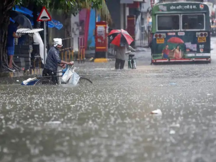 આ તસવીર મુંબઈના નીચાણવાળા વિસ્તારની છે, જે ભારે વરસાદ બાદ રસ્તા પાણીમાં ડૂબી ગયા છે.