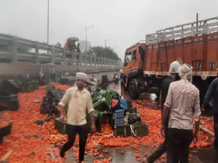 મુંબઇના વેસ્ટર્ન એક્સપ્રેસ વે પર ભારે વરસાદ વચ્ચે ટામેટાં ભરેલી ટ્રક પલટી ગઈ હતી