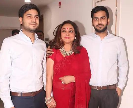 अनमोल (बाएं) और अंशुल (दाएं) अपनी मां टीना अंबानी के साथ।