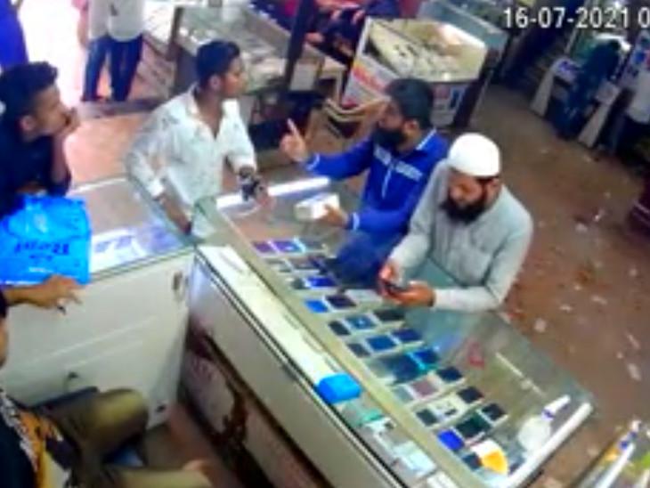 દુકાનદારે CCTVના આધારે પોલીસ ફરિયાદ નોંધાવી હતી.