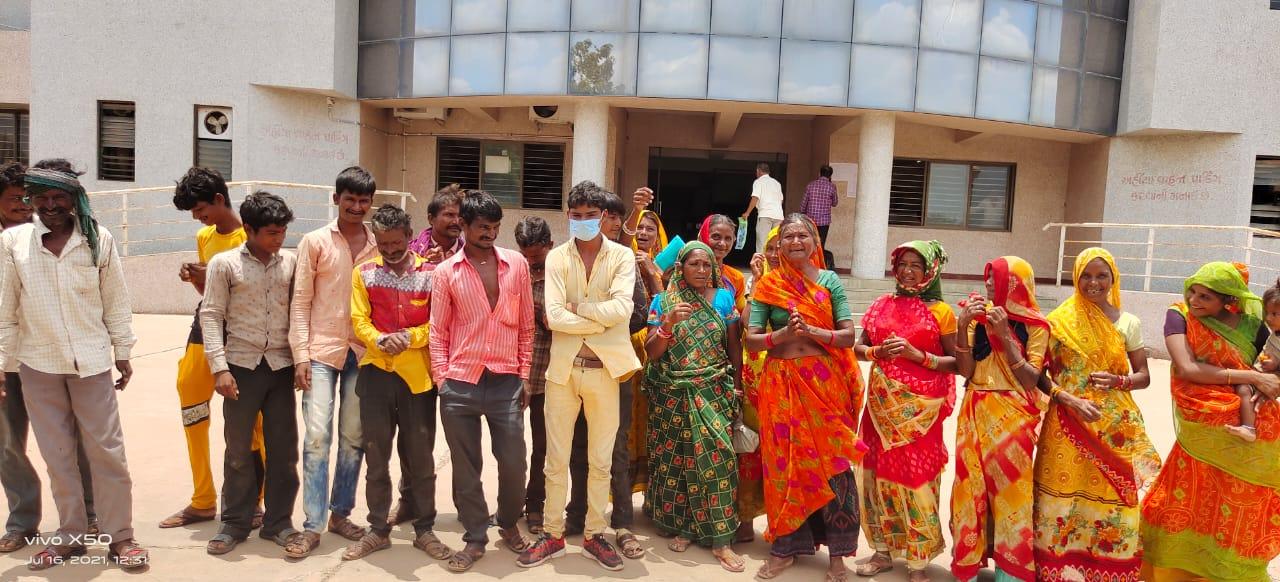 વીજળી અને પાણીની સમસ્યાને લઇને હળવદના કવાડિયાના દેવીપૂજક સમાજે રજૂઆત કરી|સુરેન્દ્રનગર,Surendranagar - Divya Bhaskar