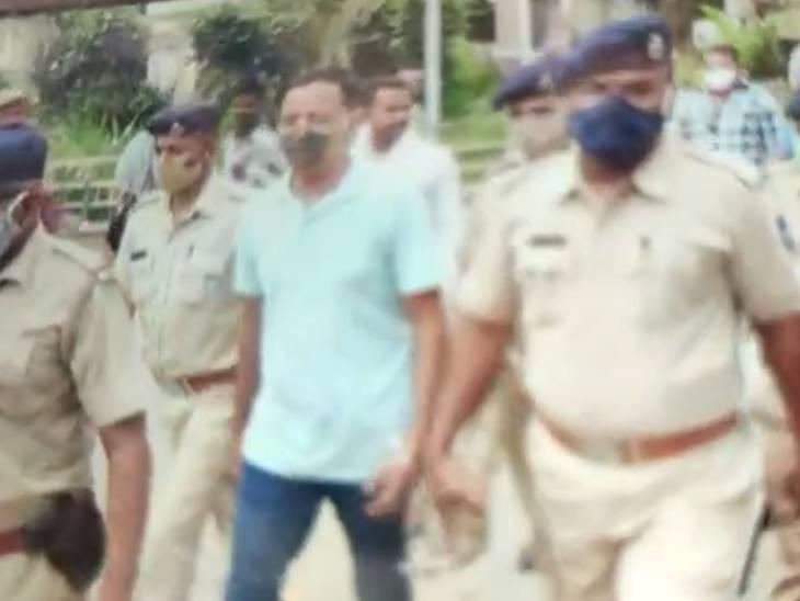 અમદાવાદ ક્રાઈમ બ્રાંચમાં કોન્સ્ટેબલની હત્યા કરનાર આરોપીને લોકોએ કોર્ટ પરિસરમાં માર્યો, 22 જુલાઈએ કેસનો ચુકાદો આવશે અમદાવાદ,Ahmedabad - Divya Bhaskar