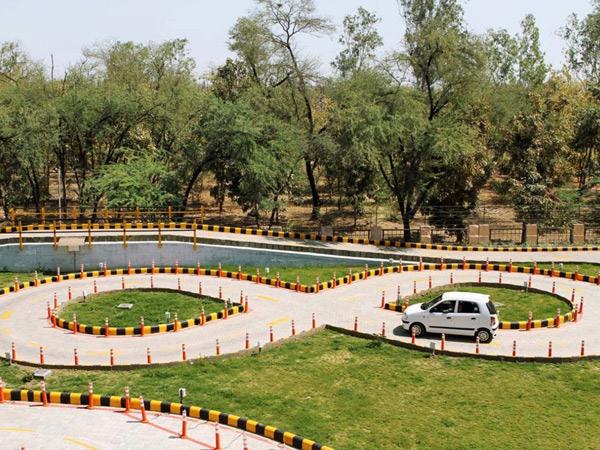 2 સ્લોટને પગલે રોજ કરતાં વધુ 12 કારચાલકોએ ડ્રાઇવિંગ ટેસ્ટ આપ્યો|વડોદરા,Vadodara - Divya Bhaskar
