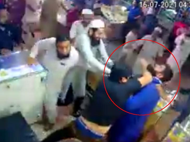 સુરતની જનતા માર્કેટમાં કમિશનથી ગ્રાહક લાવવાના ઝઘડામાં માથાભારે બે ભાઈઓની મારામારી CCTVમાં કેદ થઈ|સુરત,Surat - Divya Bhaskar