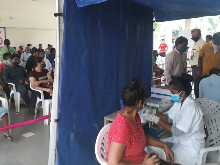 સુરતમાં કોરોના મુક્ત થવા વેક્સિનેશન માટે લાઈનો લાગી, સેન્ટરમાં લોકો માટે પુસ્તકો સહિતની વ્યવસ્થા કરાઈ|સુરત,Surat - Divya Bhaskar