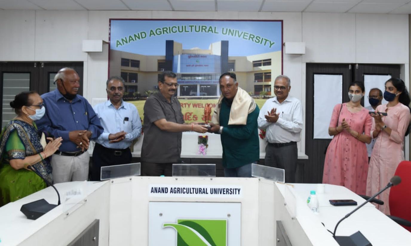 આણંદના કુંજરાવના પ્રગતિશીલ ખેડૂત દિપેન શાહને રાષ્ટ્રીય કક્ષાના એન.જી.રંગા ફાર્મસ એવોર્ડ મળ્યો આણંદ,Anand - Divya Bhaskar