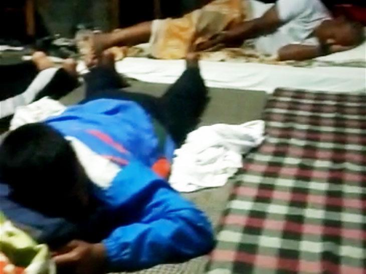 સોનીપતમાં એક પ્રાઇવેટ સ્કૂલમાં નેશનલ યૂથ ચેમ્પિયનશિપના એથલીટ્સ જમીન પર સૂતા નજરે પડ્યા. અહીં લગભગ 30 જેટલા ખેલાડીઓને રાખવામાં આવ્યા છે. - Divya Bhaskar
