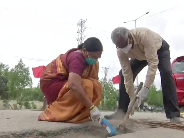 હૈદરાબાદનાં કપલે 4 લાખ રૂપિયા ખર્ચીને રસ્તા પરના 2000 ખાડા પૂર્યા, 11 વર્ષથી આ કામ કરીને લોકોનાં જીવ બચાવે છે લાઇફસ્ટાઇલ,Lifestyle - Divya Bhaskar