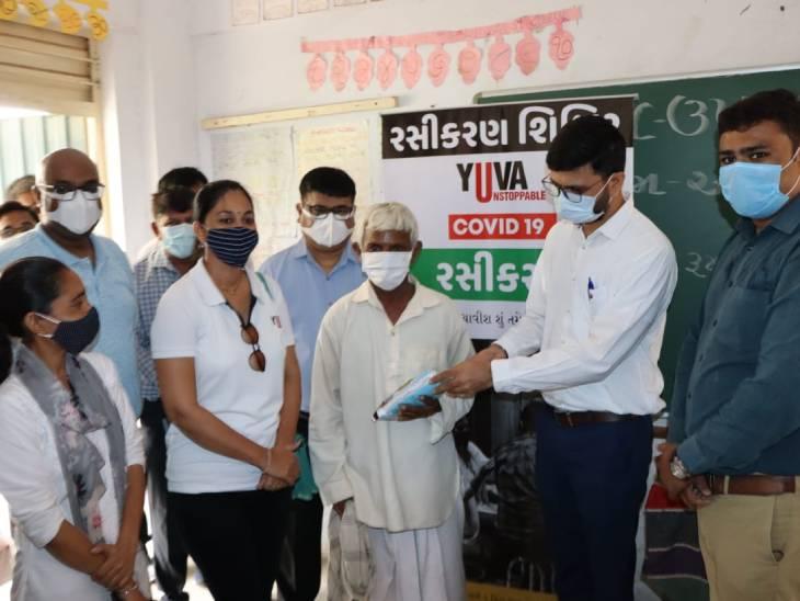 અમદાવાદનાં ગામડાંમાં રસીકરણ માટે ઓફર, વેક્સિનનો ડોઝ લો અને એક લિટર કપાસિયા તેલ ફ્રી લઈ જાઓ|અમદાવાદ,Ahmedabad - Divya Bhaskar