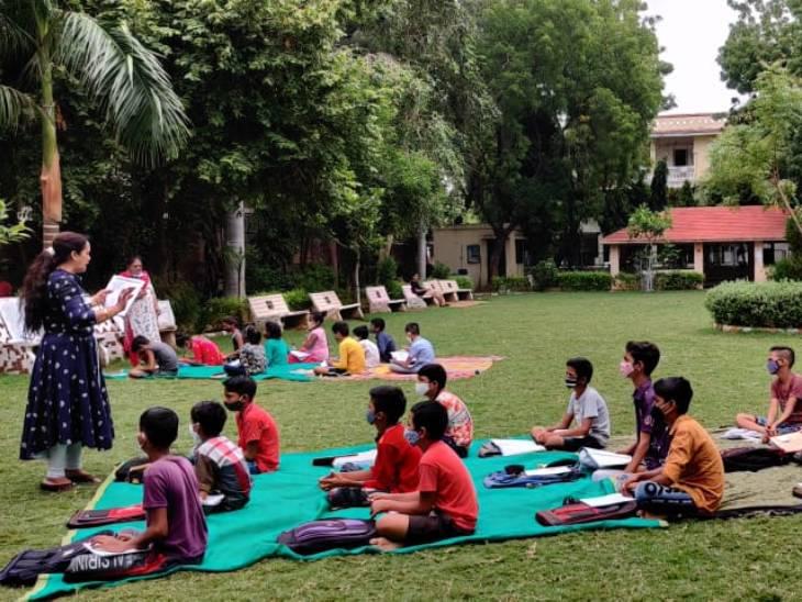 અમદાવાદમાં ઓનલાઈન શિક્ષણ માટે વિદ્યાર્થીઓ પાસે મોબાઈલ ફોન નહીં હોવાથી AMCના શિક્ષકોએ બગીચામાં ભણાવવાનું શરૂ કર્યું અમદાવાદ,Ahmedabad - Divya Bhaskar
