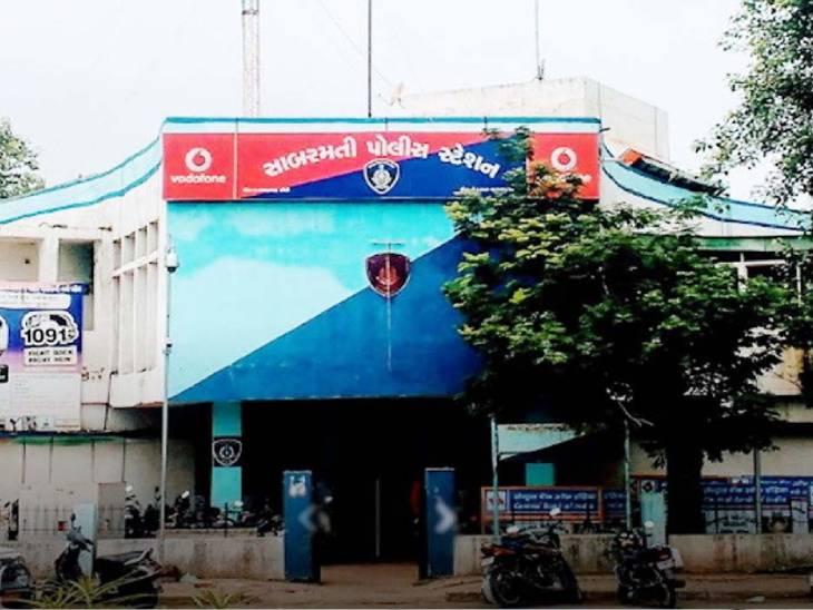 મારી પ્રેમિકાએ દગો કર્યો છે એવી બુમો પાડી ચિક્કાર દારૂ પીધેલો યુવક કેરોસીન છાંટીને પોલીસ સ્ટેશનમાં ઘૂસ્યો અમદાવાદ,Ahmedabad - Divya Bhaskar