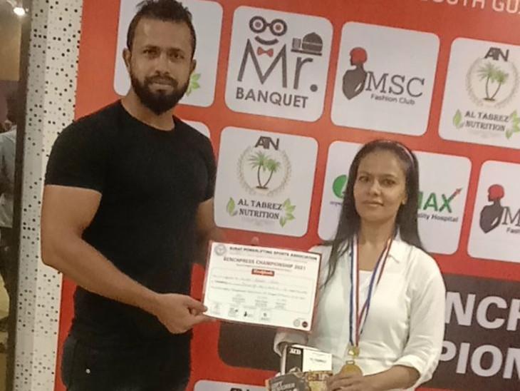 સુરતની યુવતીએ ઈન્ડિયન પાવર લિફ્ટીંગની 40 કિલો બેંચ પ્રેસ કોમ્પિટિશનમાં ગોલ્ડ મેડલ મેળવ્યો|સુરત,Surat - Divya Bhaskar